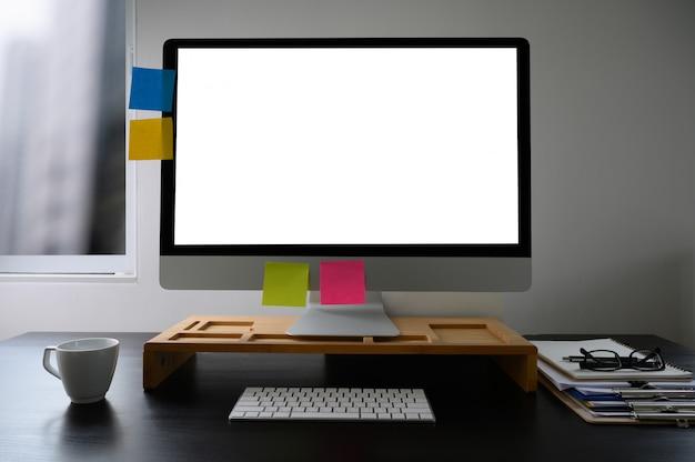 Homme de main d'homme d'affaires travaillant sur un ordinateur portable sur un bureau en bois ordinateur portable avec un écran blanc sur table