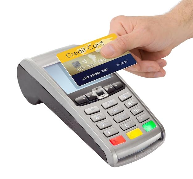 Homme main tenant une carte de crédit près du terminal de paiement isolé sur fond blanc. paiement sans contact par technologie nfc.