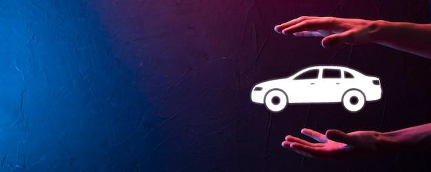 Homme main tenant l'icône auto voiture sur fond bleu. composition de la bannière large. concepts d'assurance automobile et d'assurance-collision. bannière néon avec espace de copie, espace pour le texte