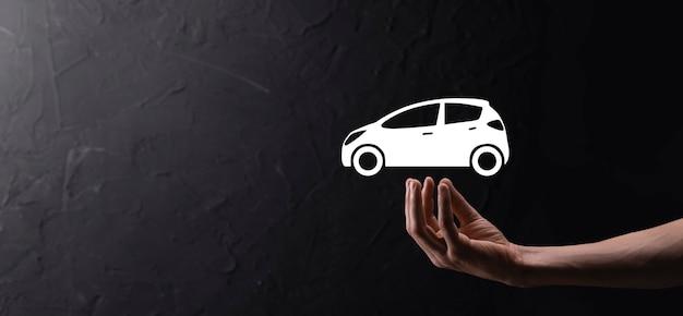 Homme main tenant l'icône auto voiture sur fond bleu. composition de la bannière large. concepts d'assurance automobile et d'assurance-collision