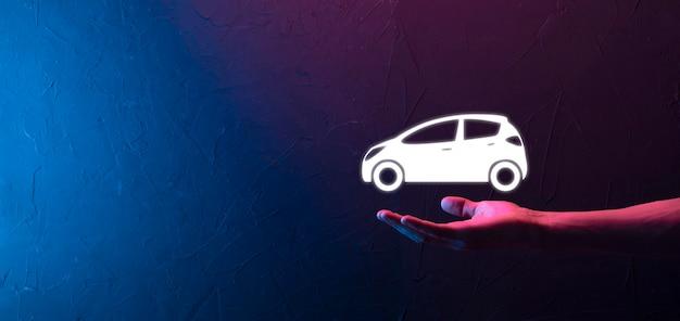 Homme main tenant l'icône auto voiture sur fond bleu rouge néon. composition de la bannière large. concepts d'assurance automobile et d'assurance-collision