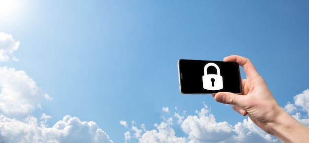 Homme main tenant une icône de cadenas de verrouillage. réseau de cybersécurité. mise en réseau de la technologie internet. protection des données personnelles sur la tablette. concept de confidentialité de la protection des données. rgpd. eu.banner.