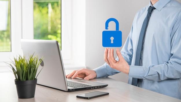 Homme main tenant une icône de cadenas de verrouillage. réseau de cybersécurité. mise en réseau de la technologie internet. protection des données personnelles sur la tablette. concept de confidentialité de la protection des données. rgpd. ue.bannière