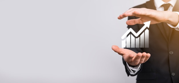Homme main tenant le symbole de l'icône du graphique. vérification de l'analyse du graphique du graphique de la croissance des données de vente et du marché boursier sur les réseaux mondiaux. stratégie d'entreprise, planification et marketing numérique