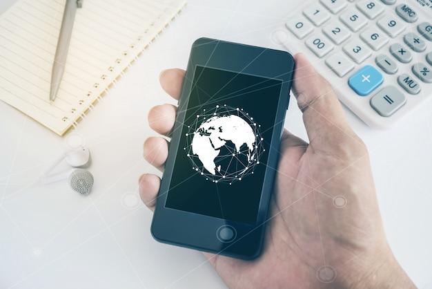 Homme de main tenant le téléphone mobile