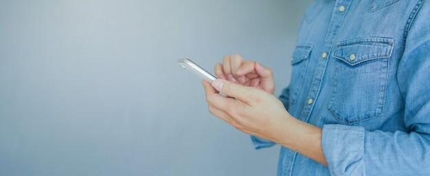 Homme main tenir un appareil mobile et du texte sur les médias sociaux de l'application