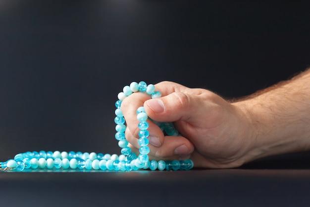 Homme, main, tenue, perles