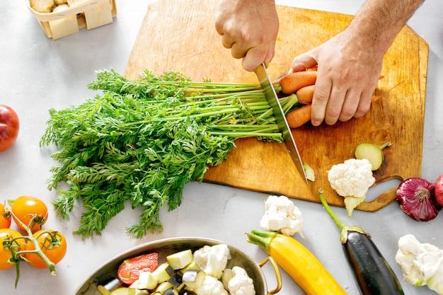 Homme, mains, legumes, cuisson, ragoût de legumes, recette