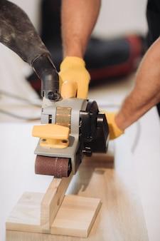 Homme de maintenance fixant des meubles avec un équipement spécial