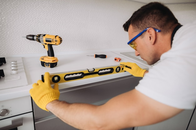 Homme maintenance, installation, meubles cuisine