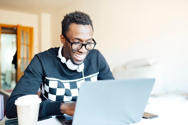 Homme à la maison avec ordinateur portable