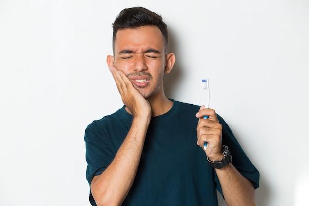 Homme avec mal de dents portrait d'homme souffrant de mal de dents carie dentaire sensibilité dentaire