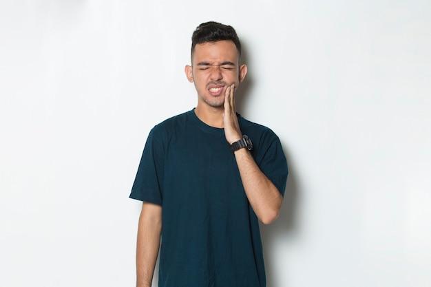 Homme avec mal de dents portrait d'un homme souffrant de mal de dents carie dentaire sensibilité dentaire