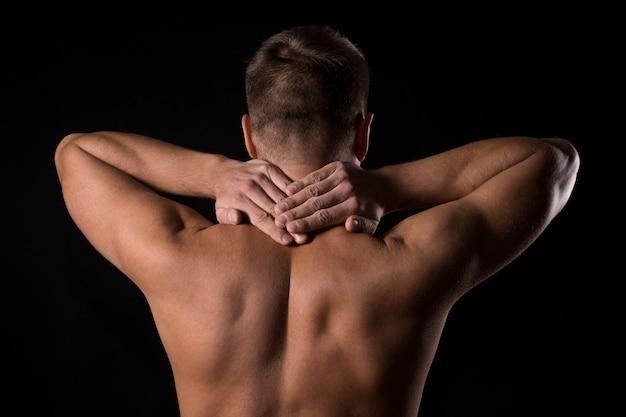 Homme avec mal de dos