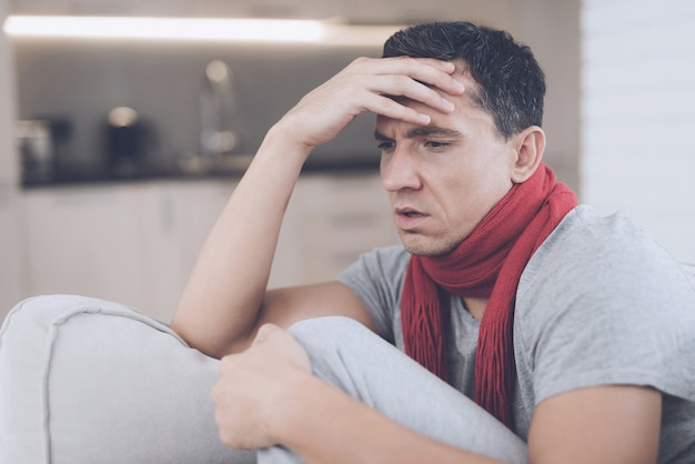 Un homme a mal à la tête et fait une forte fièvre.