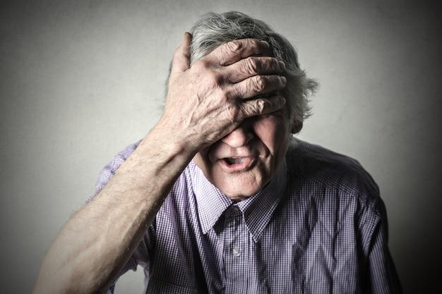 Homme avec mal de tête