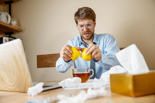 Homme malade alors qu'il travaillait au bureau, un homme d'affaires a attrapé une grippe saisonnière.