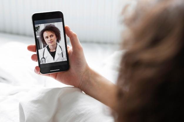 Homme malade ayant un appel vidéo avec un médecin