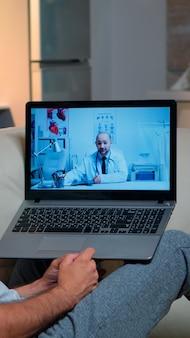 Homme malade ayant une consultation de télémédecine en ligne pendant covid-19