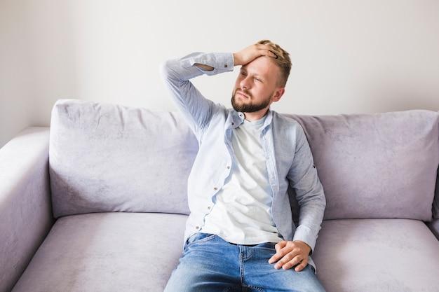 Homme malade sur le canapé