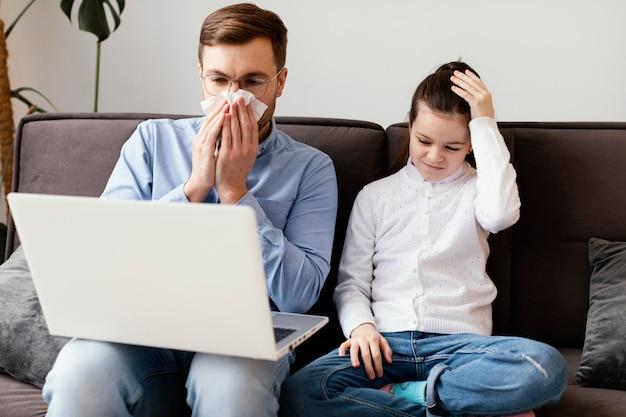 Homme malade coup moyen avec ordinateur portable