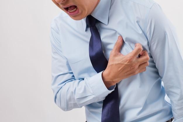 Homme malade avec crise cardiaque