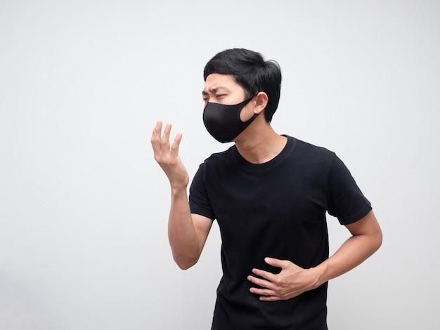 Homme malade avec masque chemise noire toux sur espace isolé blanc