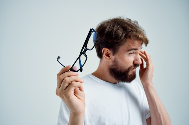 Homme malade avec une mauvaise vue des problèmes de santé fond clair. photo de haute qualité