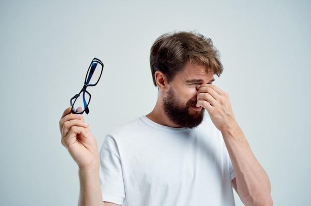 Homme malade avec des problèmes de santé de mauvaise vue en gros plan
