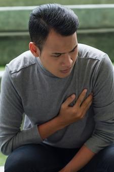 Homme malade souffrant de crise cardiaque, douleur thoracique