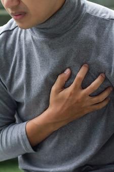 Homme malade souffrant d'une crise cardiaque