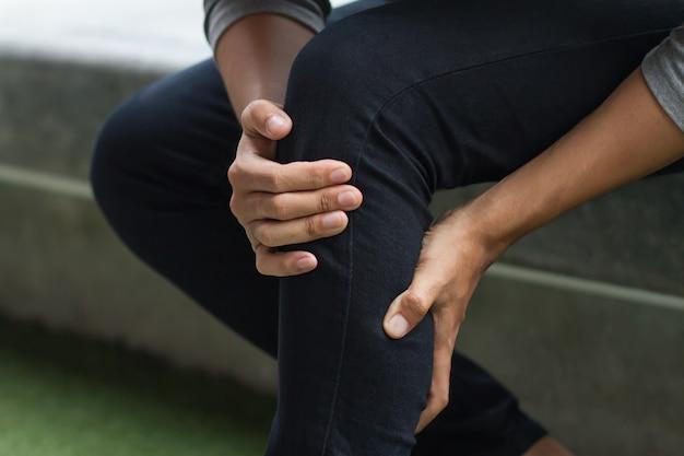 Un homme malade souffre de douleurs articulaires du genou, d'arthrose
