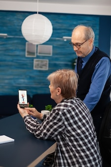 Homme Malade Supérieur Et Femme Parlant Avec Le Docteur Photo Premium