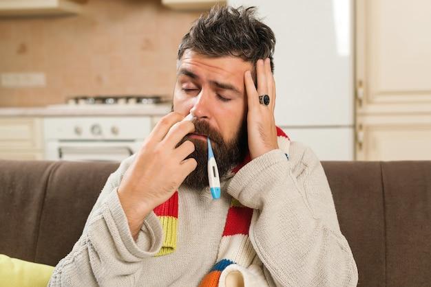 Homme malade vérifiant sa température à la maison