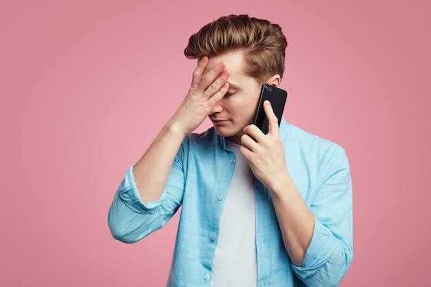 L'homme malheureux insatisfait a une conversation téléphonique désagréable