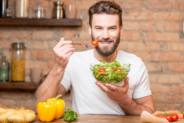 Homme mangeant de la salade
