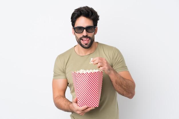 Homme, manger, pop-corn, quoique, regarder film, sur, isolé, mur