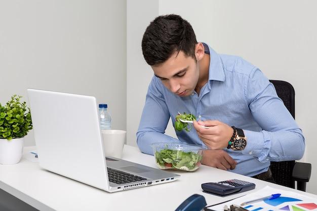 Homme, manger, salade, bureau