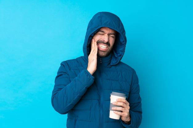 Homme avec manteau de neige