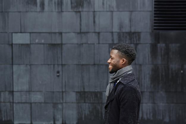 Homme en manteau
