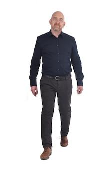 Homme marchant sur blanc