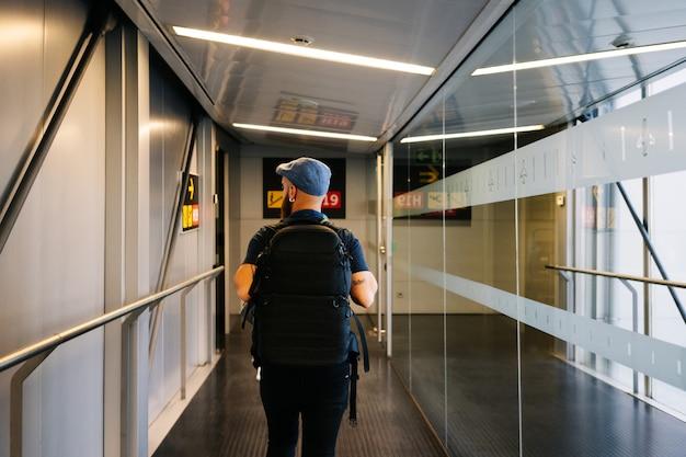 Homme marchant dans l'aéroport avec sac