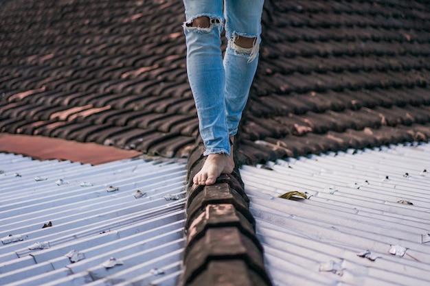 Homme marchant sur le toit