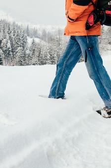 Homme marchant à travers la neige profonde paysage forestier de montagne voyage de randonnée concept extrême