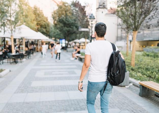 Homme marchant sur le trottoir