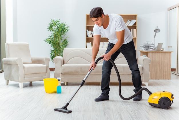 Homme mari nettoyant la maison aidant femme