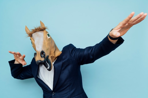Homme avec masque cheval heureux.