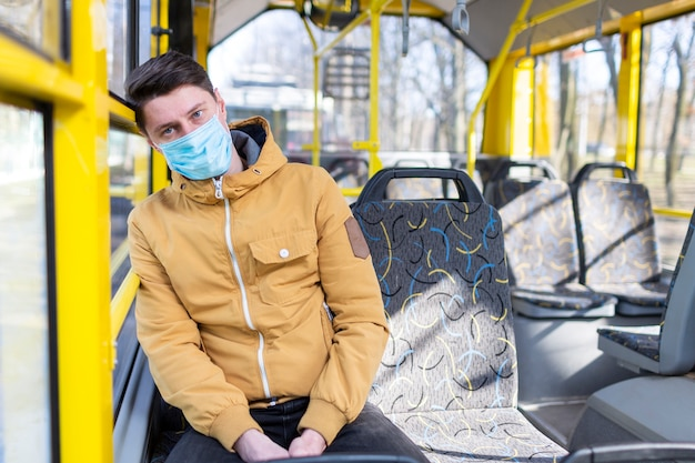 Homme avec masque chirurgical dans les transports publics