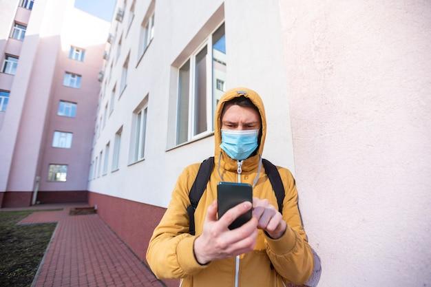 Homme avec masque chirurgical en plein air