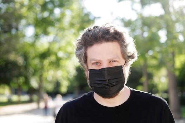 Homme avec masque dans le parc